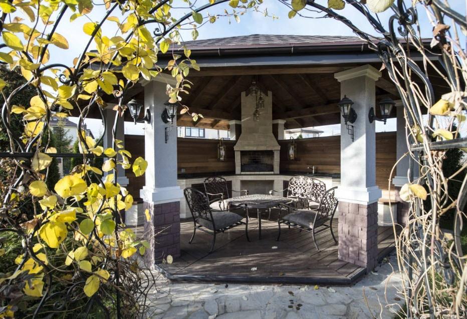 Терраса с мангалом в частном доме