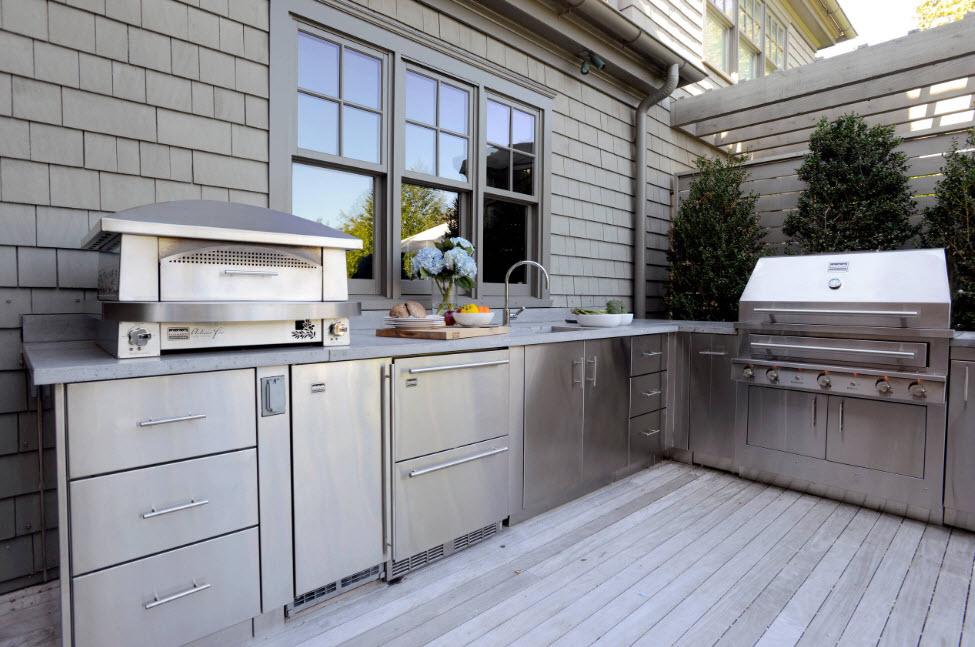 Терраса с зоной барбекю в загородном доме